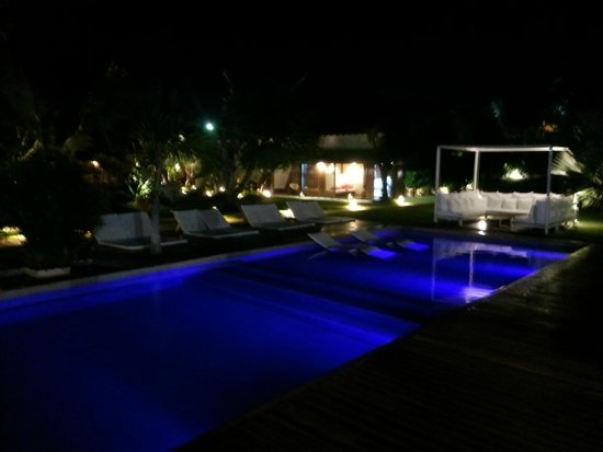 Serena Hotel Boutique Buzios : Pool area during the night