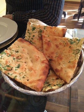 Royal India Restaurant og Bar: Garlic Nan