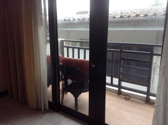 Patong Bay Garden Resort: balcony area in deluxe balcony room