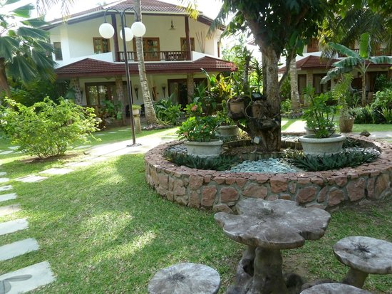 Le Duc de Praslin: jardin de l'hotel