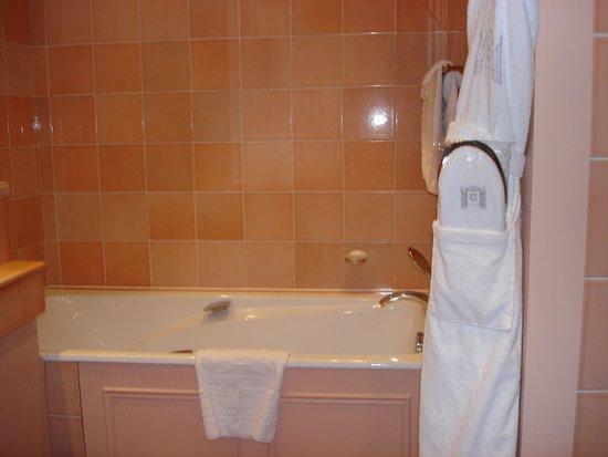 Hôtel Barrière Le Royal Deauville : Une vue de la salle de bain