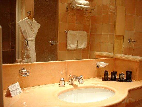 Hôtel Barrière Le Royal Deauville : Autre vue de la salle de bains avec douche séparée