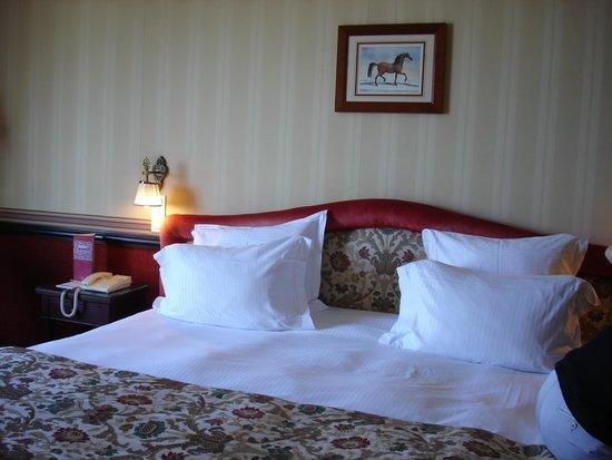 Hôtel Barrière Le Royal Deauville : Le lit vraiment KIng Size !