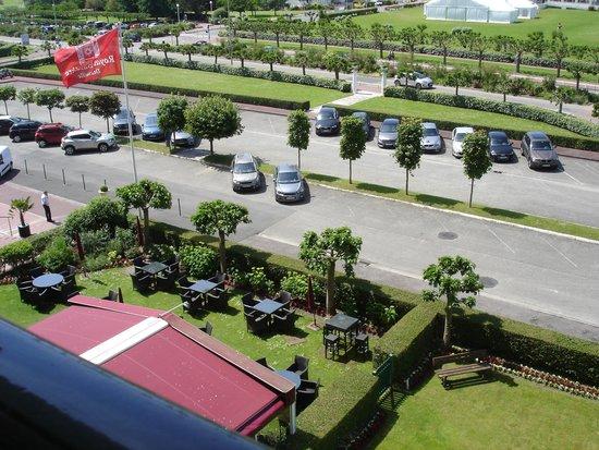 Hôtel Barrière Le Royal Deauville : Une vue du parking arrière de l'hôtel