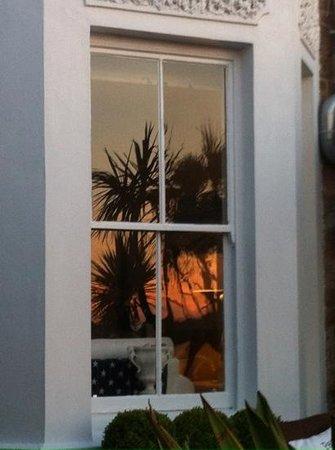 Headland House: Spiegelung am Abend im Fenster auf der Terrasse