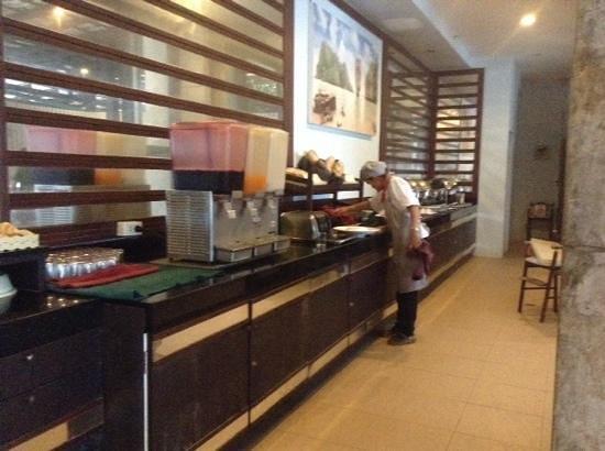 Patong Bay Garden Resort: breakfast bar