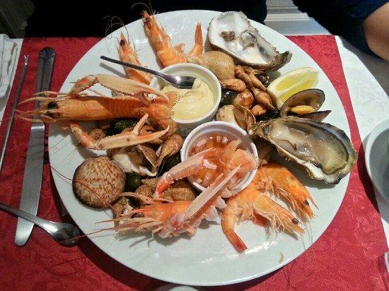 La Musardiere : Menu a 38€ entree assiete de la mer plat bar avec sauce de langoustine. Dessert soufler au grand