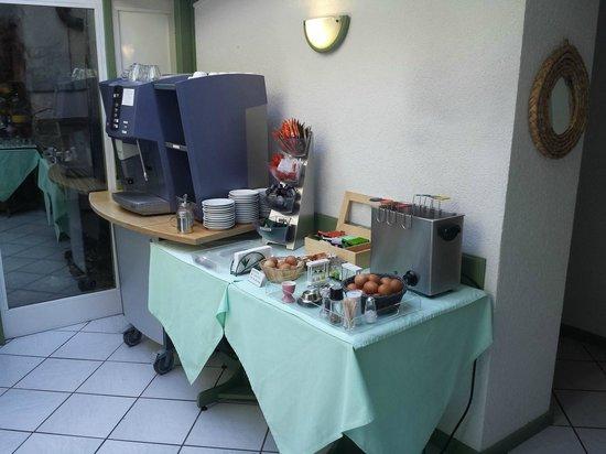Hotel du Port: Frühstückraum links Kaffeeautomat