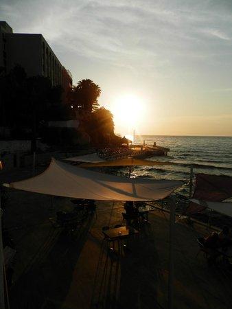 Marti Beach Hotel: vue de la terasse salle à manger, bar en contre bas