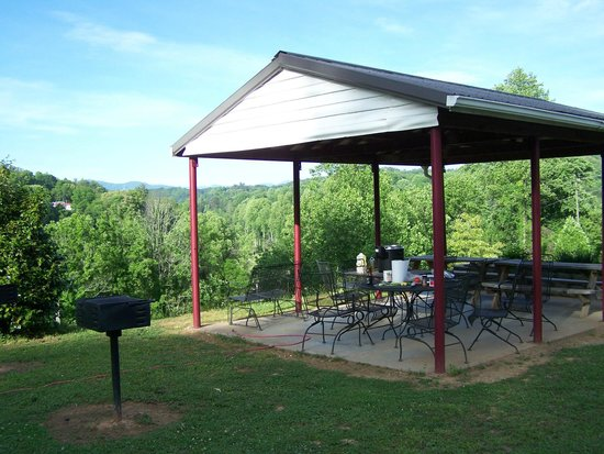 Scenic View Motel: pavilion overlooking the valley and river