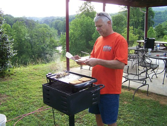 Scenic View Motel: cooking out at the pavilion