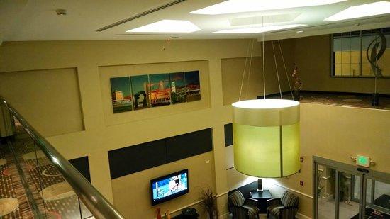 La Quinta Inn & Suites Columbus - Edinburgh : Hallway overlooking Lobby