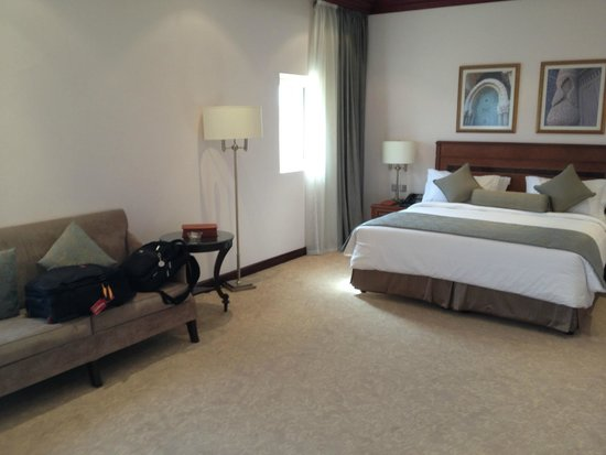 Al Gosaibi Hotel: Room with king size bed