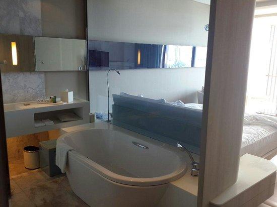 Hilton Pattaya: Room and bathroom view