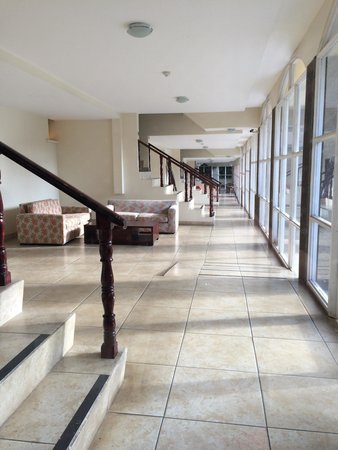 Country Inn & Suites By Carlson, San Jose Aeropuerto, Costa Rica: This is the hallway that a reviewer referred to as creepy. It isn't , it's meant to keep the roo