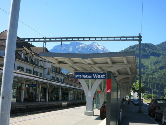 Hotel Roessli: Interlaken West train station