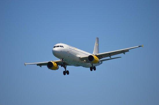 Apartamentos THe Morromar: An incoming airplane, landing in Arrecife.