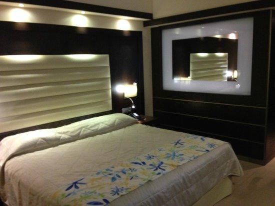 Sensimar Oceanis Beach & Spa Resort: Standard Room - massive bed!!