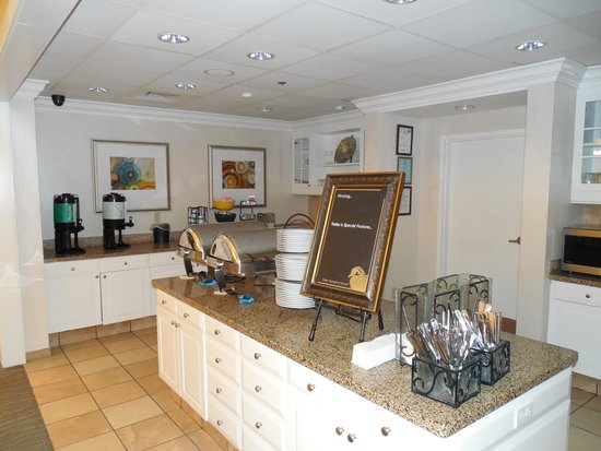 Homewood Suites by Hilton Montgomery : Breakfast serving area