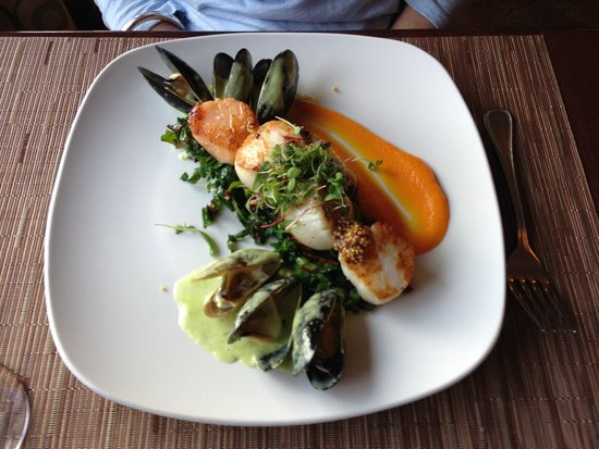 Season's At Highland Lake: Seared scallops and PEI mussels