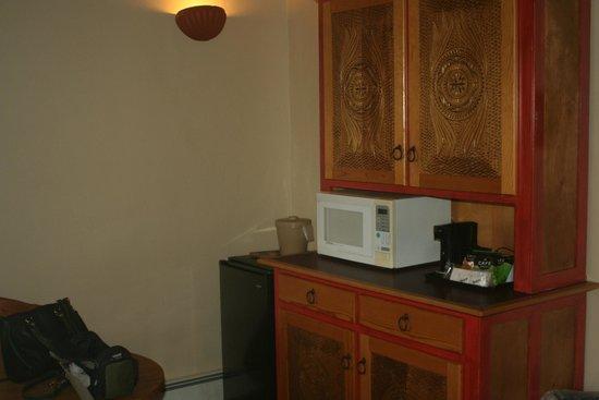 Abiquiu Inn: kitchenette