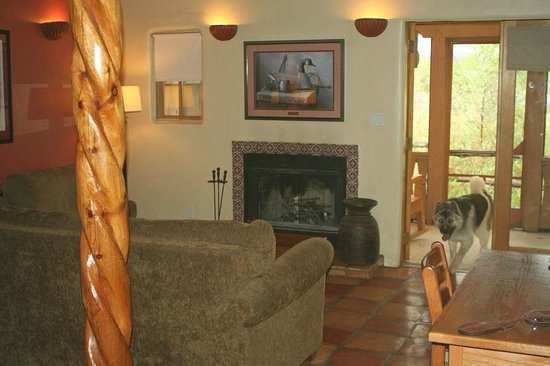 Abiquiu Inn: living room with view of patio