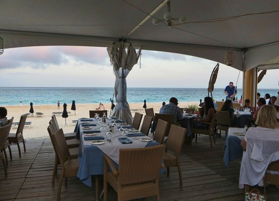 Mickey's Beach Bistro and Bar : Outdoor seating