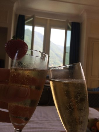 Grand Hotel Imperiale: Champagne & fruit awaiting us in the room