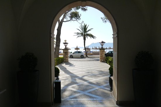 Hoposa Uyal Hotel: Looking Out Through The Entrance