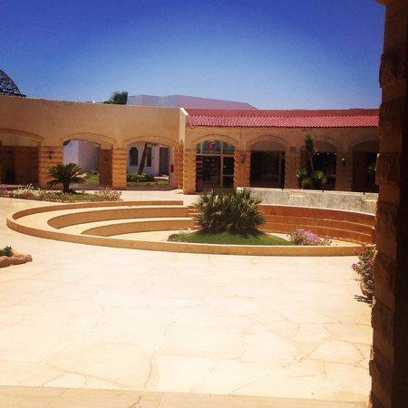 Coral Beach Resort Tiran: Outside reception