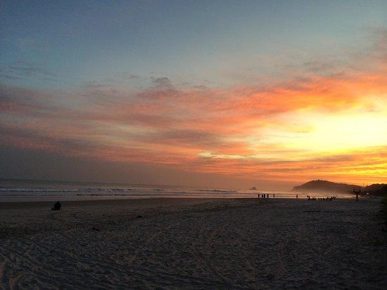 Mata Atlantica Pousada : Vista do pôr de sol sentido sul da praia de Juqueí, à altura da localização do hotel.