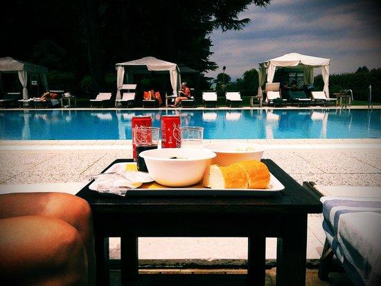 Relais Monaco Country Hotel & Spa: pranzo a bordo piscina