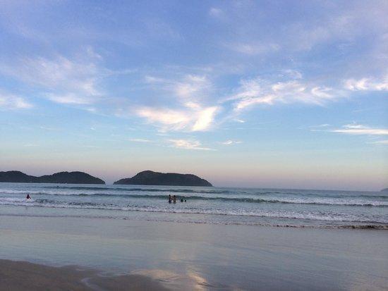 Mata Atlantica Pousada : Vista sentido leste da praia de Juqueí no final de tarde à altura da localização do hotel