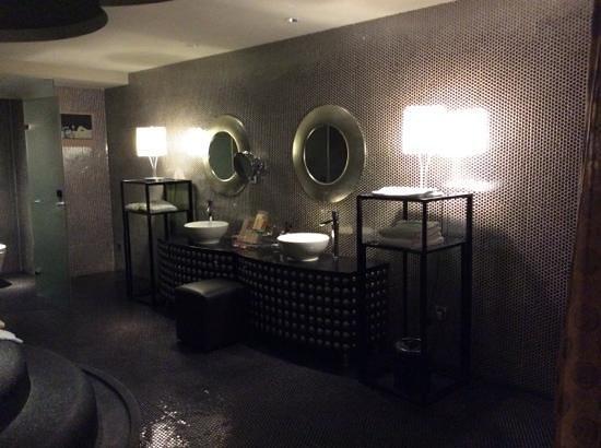 ISIS Taipei Boutique Hotel: dimly lit bathroom