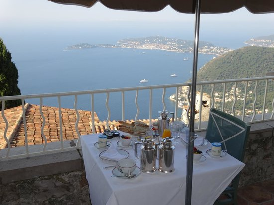 Chateau de la Chevre d'Or: Breakfast on the terrace of room #41.