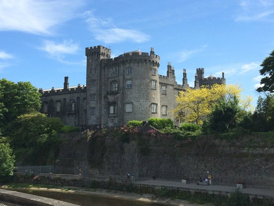 Kilkenny River Court Hotel: view of the Kilkenny castle from our balcony (view to the left)