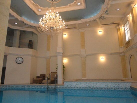 Queen's Court Hotel & Residence : Gorgeous ...super clean pool