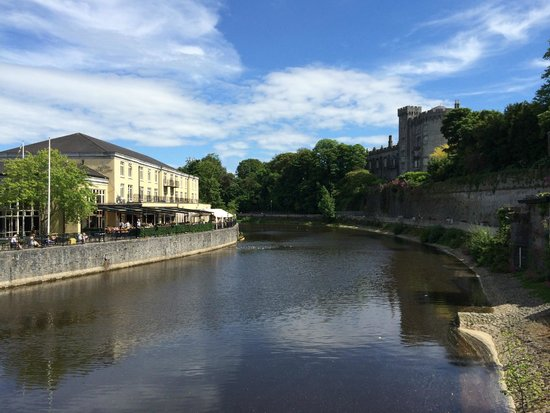 Kilkenny River Court Hotel: the hotel on the left and the castle on the right (view from the bridge)