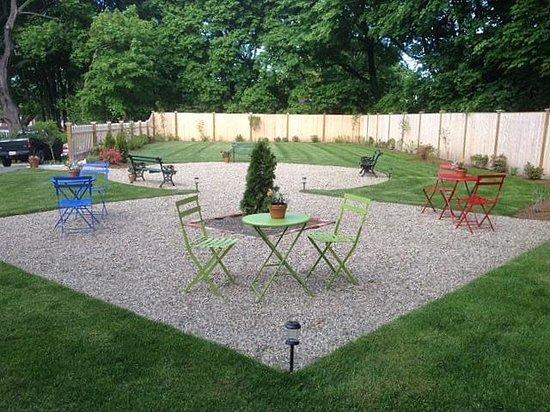 Marblehead Inn: Garden Area