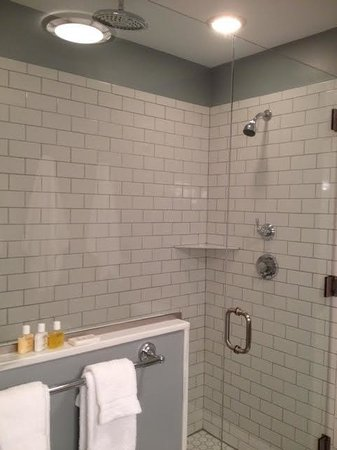 Marblehead Inn: Walk In Shower Room 5