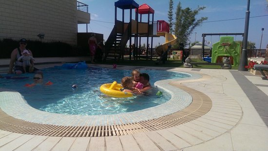 Porto Platanias Beach Resort & Spa : Childrens pool & playground, shaded by about 5pm