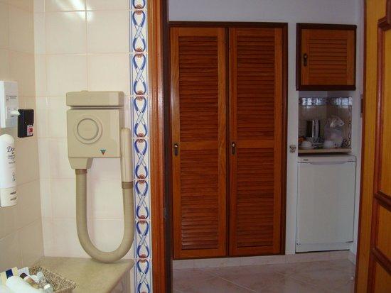 Hotel Belavista da Luz: Cuarto de baño y nevera al fondo