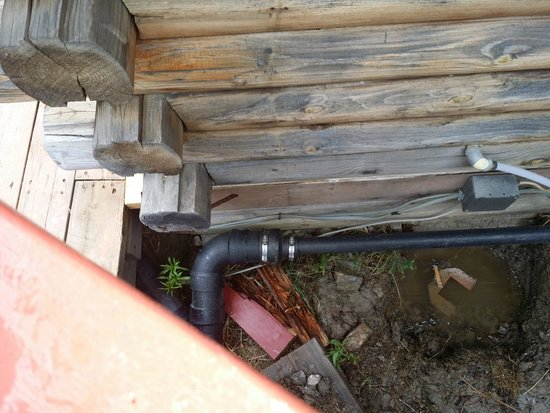 Crows Nest Cabins: Broken supports on cabin.