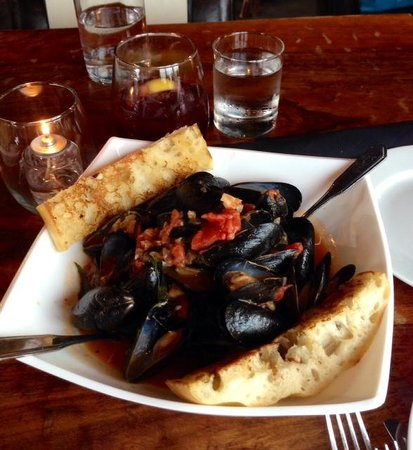 House Wine and Bistro: Awesome mussels, ate the delicious broth for soup!