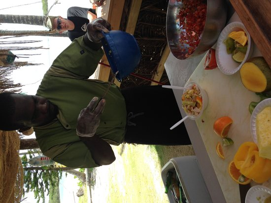 Grabbers Bed Bar & Grill: The fresh Conch Salad bar on the beach