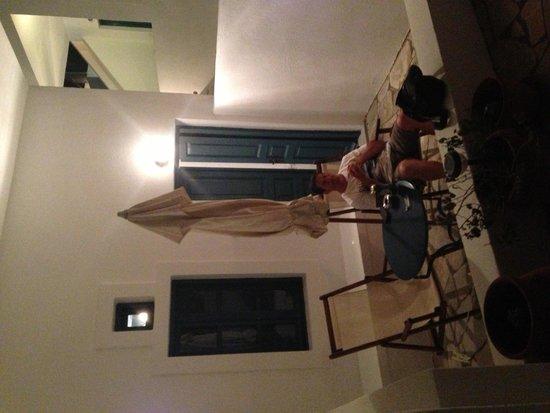 Oia's Sunset Apartments: Patio area