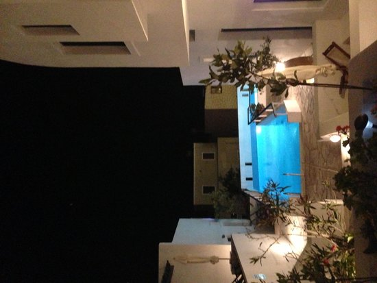 Oia's Sunset Apartments: Pool at night