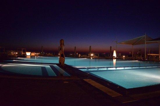Orizontes Hotel & Villas : pool at night