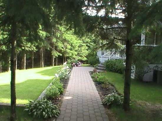 Hillview Haven Estate: Walkway to Entrance