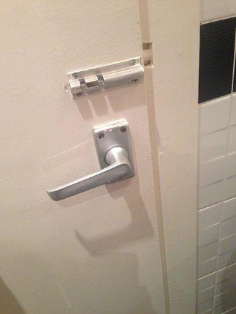 Quality Hotel & Leisure Stoke on Trent: Broken door handle and lock
